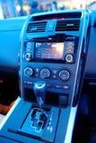 Bekläda kontrollerar av nyligen lanserade Mazda CX-9 i Singapore Arkivbild