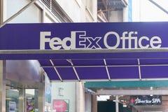 Bekläda och hänrycka till ett läge för Fedex kontorsdetaljhandel i Manhattan arkivfoto