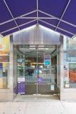 Bekläda och hänrycka till ett läge för Fedex kontorsdetaljhandel i Manhattan arkivfoton