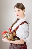 beklär den folk traditionella kvinnan för easter ägg Arkivfoton