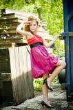 beklär den model presenterande tonåringen för flickan Royaltyfri Bild