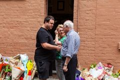 Beklagande till Nino Pangrazio den resterande medägaren av Pellegrinis i Bourke St, Melbourne, Victoria Australia fotografering för bildbyråer