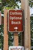 Bekläda det valfria strandtecknet utanför Arkivbild