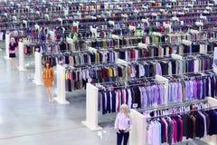 Bekleidungsgeschäft, Attrappen und Reihen mit Aufhängungen stockbilder
