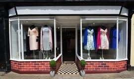 Bekleidungsgeschäft-Front Window-Kleider auf Anzeige Lizenzfreies Stockfoto
