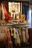 Bekleidungsgeschäft zeigt seine Waren an Lizenzfreies Stockbild