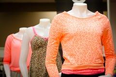 Bekleidungsgeschäft: Die Kleidung der hellen farbigen Frauen Stockfoto