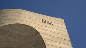 Beklemeto, Bulgaria - marzo 2019: L'arco del monumento di libert? un giorno soleggiato situato sulla cima della montagna di Goral video d archivio