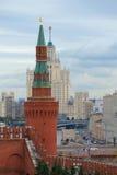 Beklemishev wierza Moskwa Kremlin przeciw tłu Stalinowski drapacz chmur na chmurnym dniu Fotografia Royalty Free