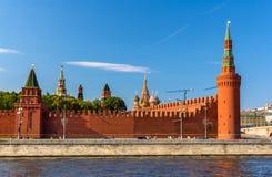 Beklemishevskaya en Petrovskaya-torens van Moskou het Kremlin Stock Afbeeldingen