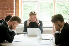 Beklemtoond chef- uitvoerend team die bedrijfsprobleemoplossing zoeken stock foto