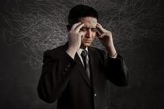 Beklemtoond en het denken zakenmanuitdrukking stock afbeelding