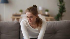 Beklemtoond verstoord meisje dat over probleem ongerust die wordt gemaakt die alleen thuis zitten stock video