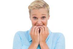 Beklemtoonde aantrekkelijke jonge vrouw die camera bekijken Royalty-vrije Stock Fotografie