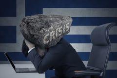 Beklemtoonde arbeider met rots op zijn hoofd Stock Afbeeldingen