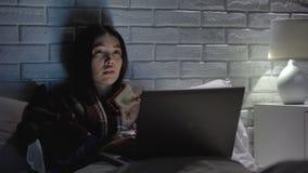 Beklemtoonde Aziatische vrouw die tekenhulp, gebrek tonen aan slaap, lage productiviteitsoverwerken stock videobeelden