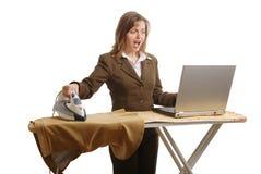 Beklemtoonde bedrijfsvrouw die geïsoleerdn - werkt Stock Fotografie