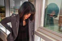 Beklemtoonde bedrijfsvrouw op het kantoor royalty-vrije stock fotografie