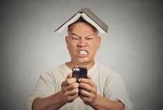 Beklemtoonde boze mens die bij zijn slimme telefoon porren Stock Foto's