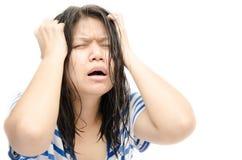 Beklemtoonde de vrouw gaat gek trekkend haar haar in frustratie stock afbeeldingen