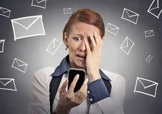 Beklemtoonde die vrouw met bericht op smartphone wordt geschokt Stock Afbeeldingen