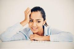 Beklemtoonde Indische bedrijfs gedeprimeerde vrouwenhoofdpijn Stock Foto