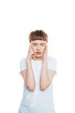 Beklemtoonde jonge vrouw met de handen van de hoofdpijnholding op tempels Stock Afbeeldingen