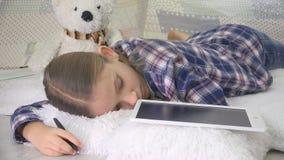 Beklemtoonde Kindslaap terwijl het Bestuderen, Jong geitje In slaap het Schrijven Thuiswerk op Tablet stock afbeelding