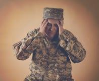 Beklemtoonde Legermilitair Man Holding Head stock afbeeldingen