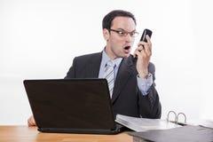 Beklemtoonde manager die bij telefoon schreeuwen royalty-vrije stock afbeelding