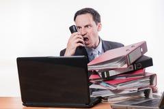 Beklemtoonde manager die bij telefoon schreeuwen royalty-vrije stock afbeeldingen