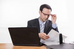 Beklemtoonde manager die dossiers controleren stock foto's