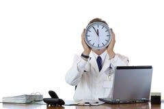 Beklemtoonde mannelijke arts in bureau onder tijddruk Stock Afbeeldingen
