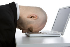 Beklemtoonde mens en laptop Stock Fotografie