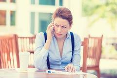 Beklemtoonde ongerust gemaakte bedrijfsvrouw die op mobiele telefoon spreken royalty-vrije stock foto