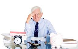Beklemtoonde oude mens in bureau royalty-vrije stock foto's