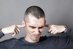 Beklemtoonde uit jonge mens weigeren om aan problemen te luisteren royalty-vrije stock foto