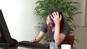 Beklemtoonde vrouw die bij een computer werken stock video