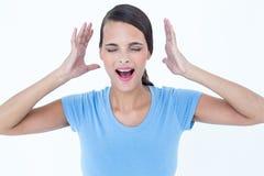 Beklemtoonde vrouw die haar handen opheffen rond haar hoofd royalty-vrije stock foto