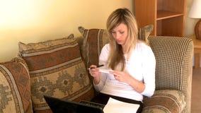 Beklemtoonde vrouw die haar rekeningen doen stock footage