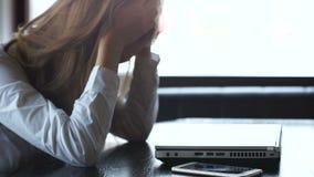 Beklemtoonde vrouw die hoofd, boos sluitende laptop, ontbroken startproject houden stock videobeelden