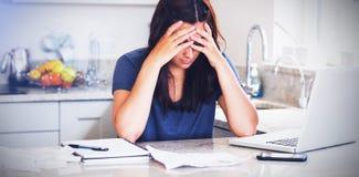 Beklemtoonde vrouw die neer rekeningen bekijken vector illustratie