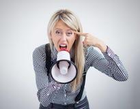 Beklemtoonde vrouw die op megafoon gillen Stock Afbeelding