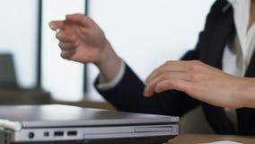 Beklemtoonde vrouwelijke manager sluitende laptop, die frustratie, het werkoverbelasting voelen stock footage