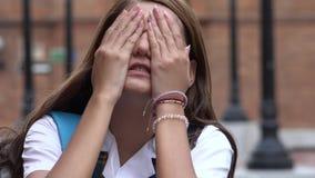 Beklemtoonde Vrouwelijke Tienerstudent Covering Her Eyes royalty-vrije stock foto