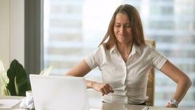 Beklemtoonde vrouwelijke werknemer die verfrommeld document, zenuwinstorting op het werk werpen stock videobeelden