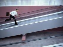 Beklemtoonde zakenman in luchthaven Stock Afbeelding