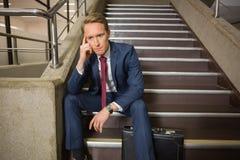 Beklemtoonde zakenmanzitting op stappen royalty-vrije stock foto