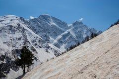 Beklim de berg op de rode sneeuw royalty-vrije stock foto