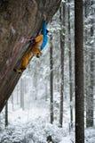 Beklimmen, de winter die, sneeuw, van extreme de wintersport genieten Extreme activiteit Stock Afbeelding
